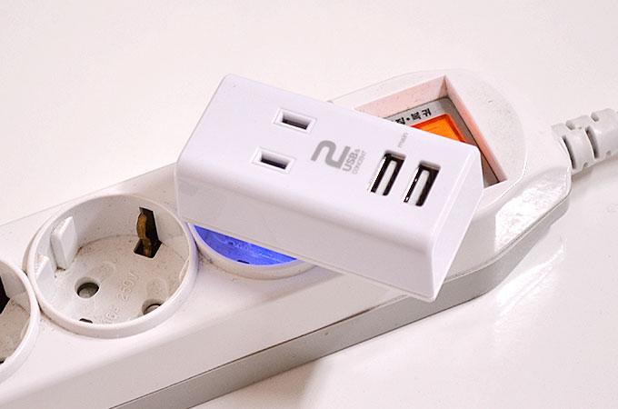 韓国のコンセントに付ければ、コンセント2つ、USBケーブル2つ繋ぐ事ができます。