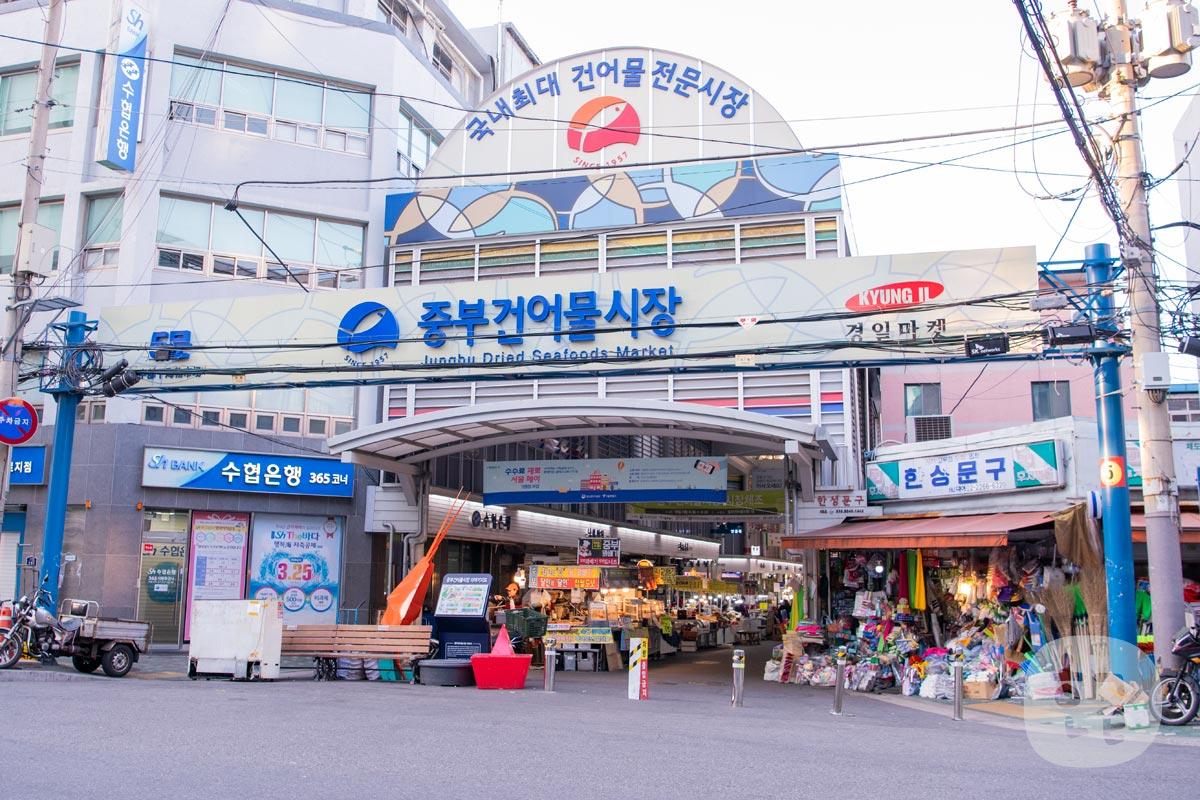 ホテルの近くに中部市場がありました。