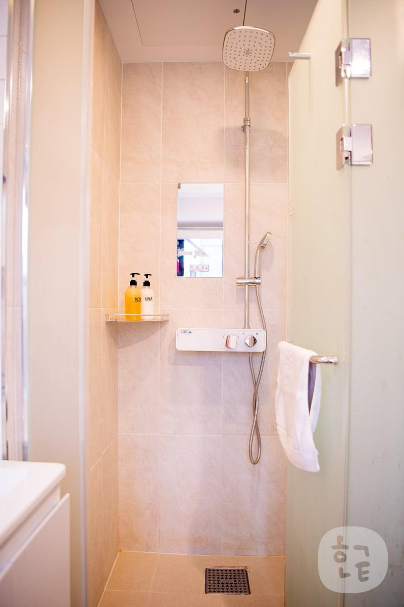 ベットのすぐ横のシャワールーム