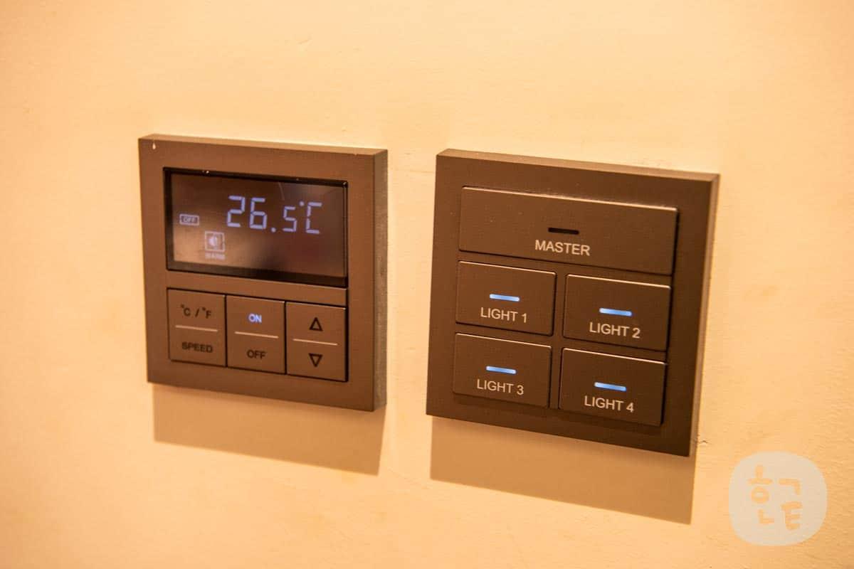 エアコンと照明は壁についてあります。