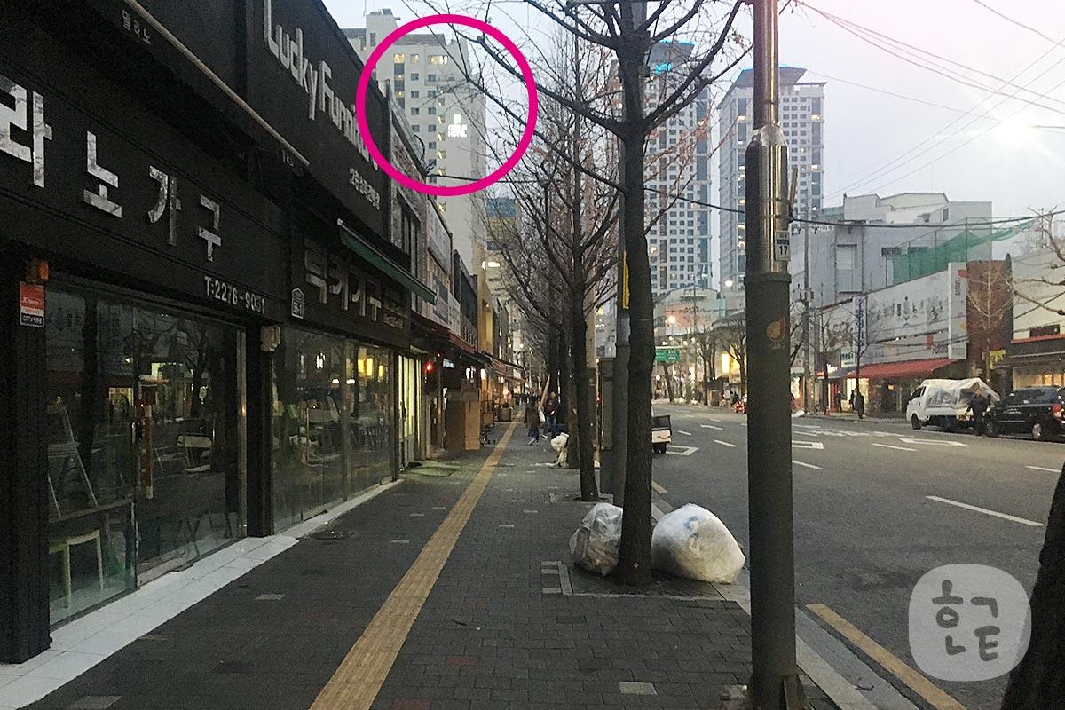 8番出口からまっすぐ歩くとすぐにホテルは見えてきます。