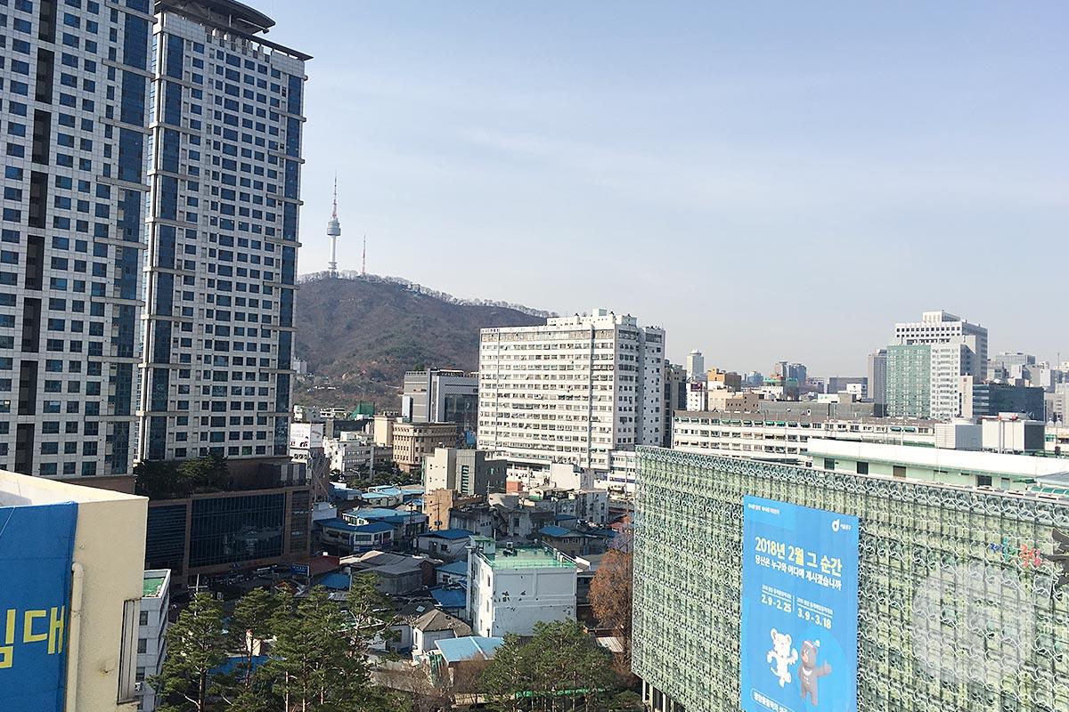 私が泊まった部屋からはちらっとナムサンタワーが見えました。