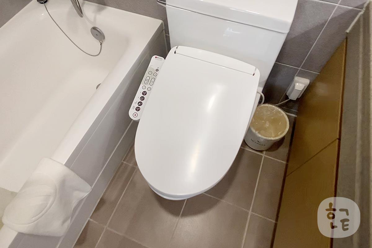 トイレはちゃんと温水洗浄便座でお尻も安心